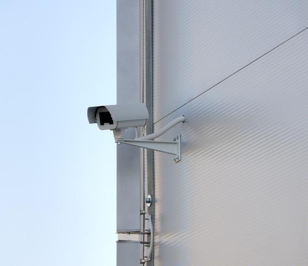 Überwachungskamera an der fassade. großer bruder beobachtet dich.