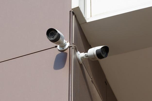 Überwachungskamera an einer wand eines bürogebäudes
