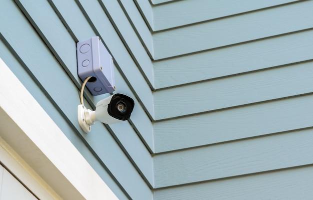 Überwachungskamera auf hölzerner wand