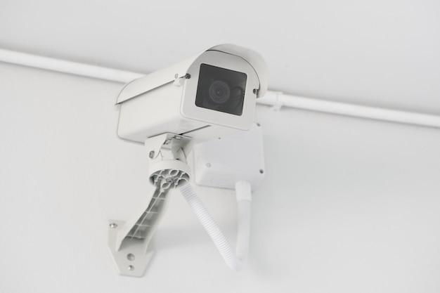 Überwachungskamera installiert an der gebäudewand