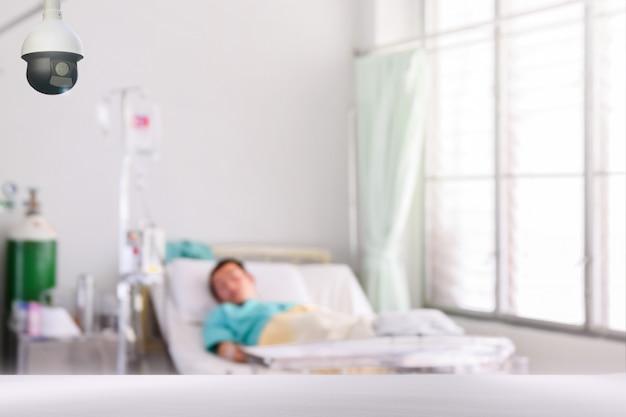 Überwachungskamera mit unscharfem patienten im krankenhaus zur überwachungspatientensicherheit