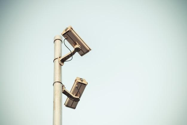 Überwachungskamera von zwei cctv-videoüberwachung nehmen mit weinlesefarbe