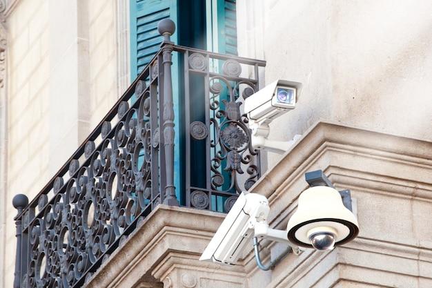Überwachungskameras auf einem gebäude. videoüberwachung. sicherheitskameras.