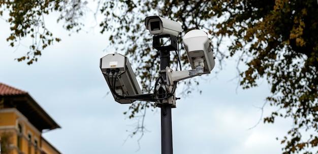 Überwachungskameras auf einem laternenpfahl im park