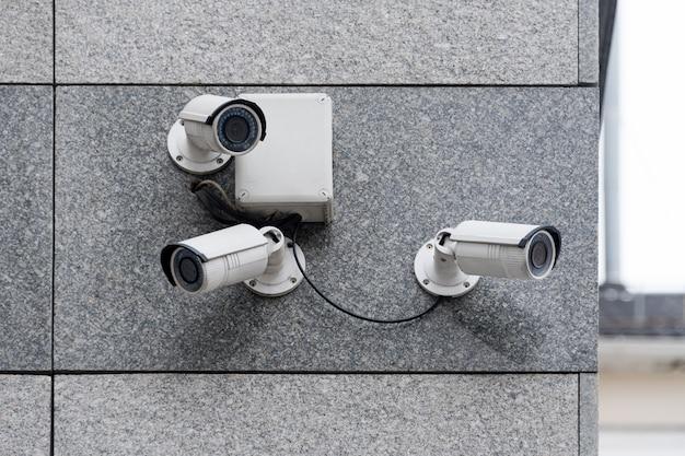 Überwachungskameras auf modernem gebäude