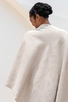 Überwurfdecke im minimalistischen stil beige erdton