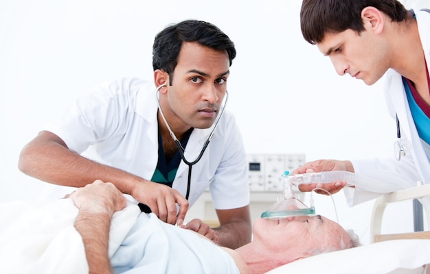 Überzeugte ärzte, die einen patienten wiederbeleben