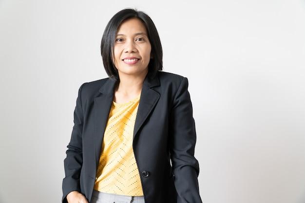 Überzeugte asiatische geschäftsfrau des intelligenten porträts, die auf weiß steht