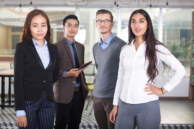 Überzeugte junge business team von vier personen