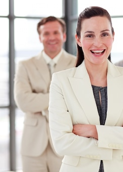 Überzeugte junge geschäftsfrau im büro