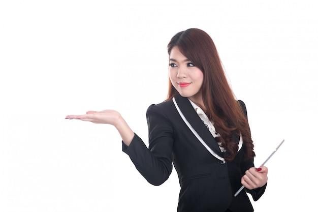 Überzeugte, lächelnde intelligente geschäftsfrau, die auf copyspace zeigt oder sich darstellt