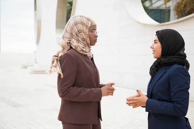 Überzeugte moslemische geschäftsfrauen, die projekt besprechen