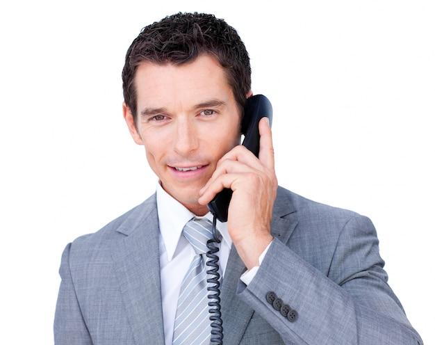 Überzeugter geschäftsmann, der am telefon spricht