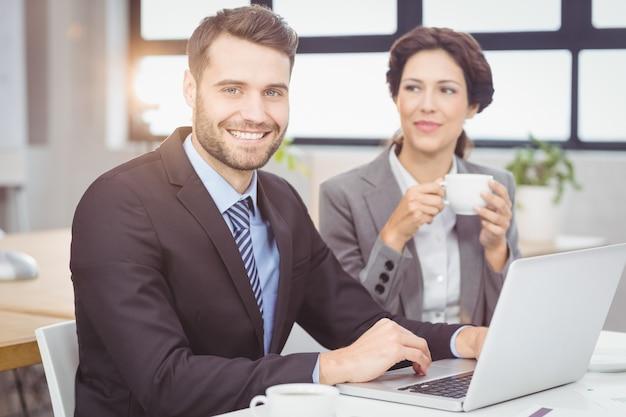 Überzeugter geschäftsmann mit weiblichem kollegen im büro