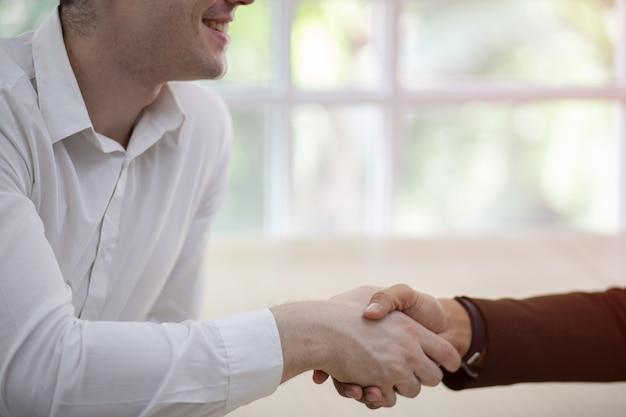 Überzeugter geschäftsmann zwei, der hände rüttelt. erfolgreiche geschäftspartner. verhandlungsgeschäft