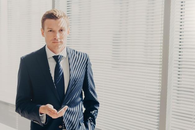 Überzeugter männlicher unternehmer im gesellschaftsanzug