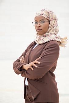 Überzeugter moslemischer weiblicher fachmann, der draußen aufwirft