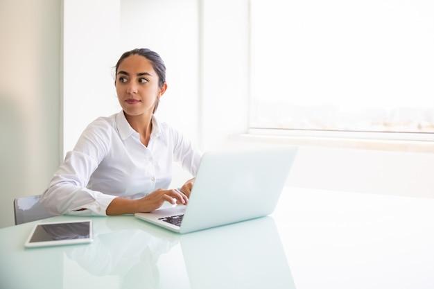 Überzeugter weiblicher berater, der an computer arbeitet