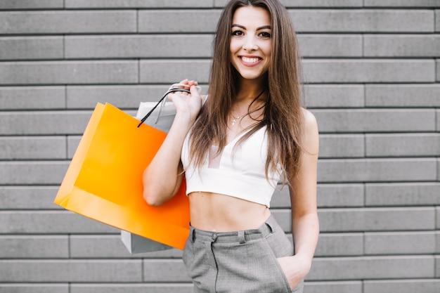 Überzeugtes aufgeregtes modell mit einkaufstaschen
