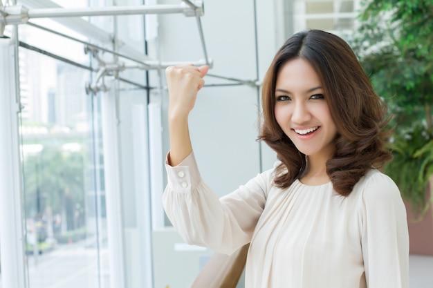 Überzeugtes starkes erfolgreiches glückliches lächelndes geschäftsfrau-exekutivporträt