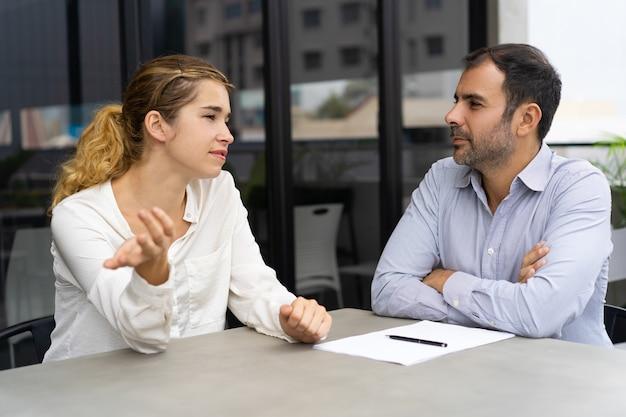 Überzeugtes weibliches kandidatentreffen mit unternehmensleiter