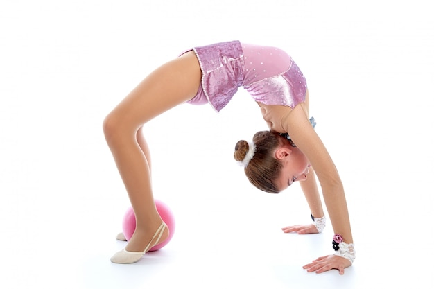Übung der rhythmischen gymnastik des kindermädchenballs auf weiß