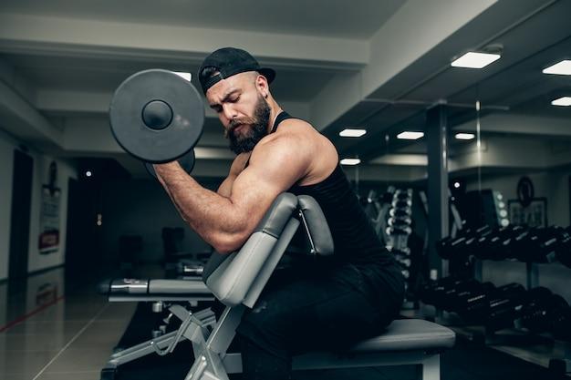 Übung junger fitnessmann-smartphone