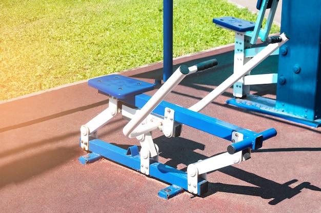 Übungsgeräte für sport, training auf dem hof