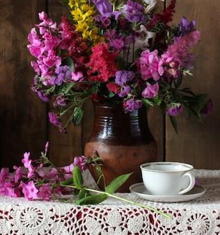 Üppiger strauß aus gartenblumen löwenmaul und phlox