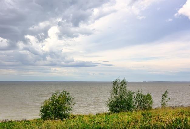 Ufer des ob-meeres im sommer