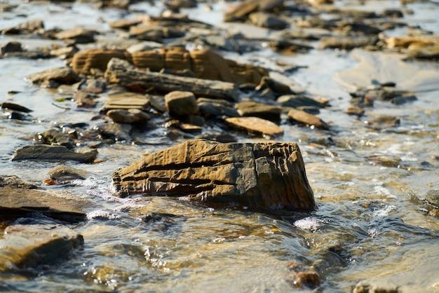 Ufer des strandes mit steinen