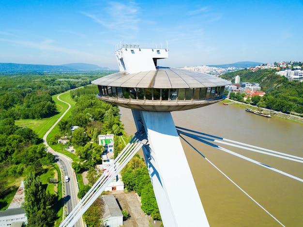 Ufo-aussichtspunkt bei der luftaufnahme der snp new bridge. snp ist eine brücke durch den fluss danude in bratislava, der hauptstadt der slowakei