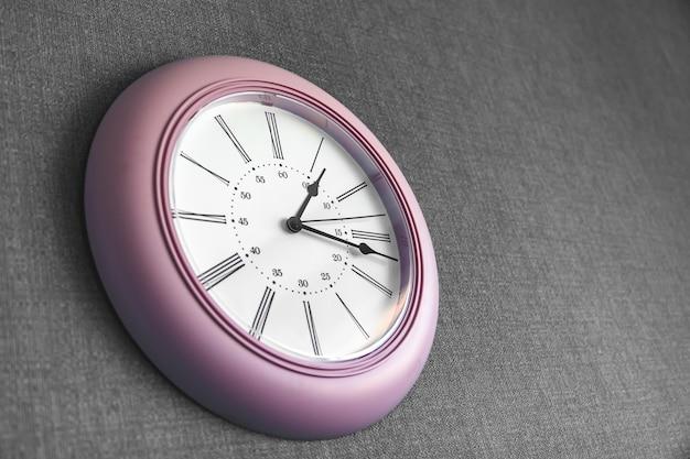 Uhr an der grauen wand im büroarbeitstag