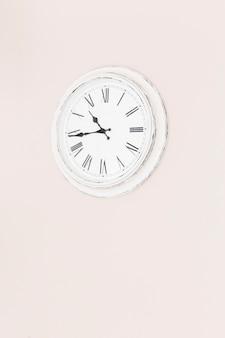 Uhr an der Wand hängen