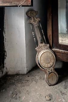 Uhr auf dem boden in einem verlassenen haus