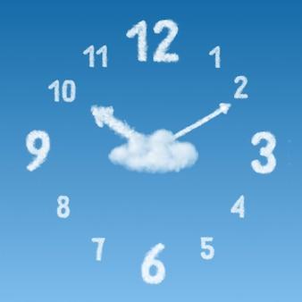 Uhr auf einer oberfläche von blauem himmel und wolken von pfeilen