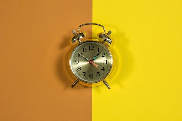 Uhr auf gelbem hintergrund mit zifferblatt