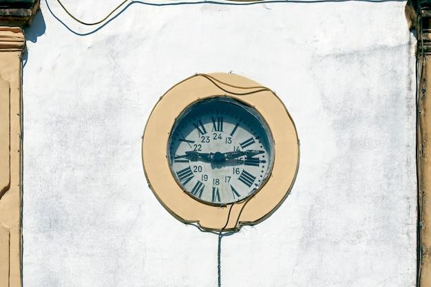 Uhr des kirchturms der hundertjährigen kirche