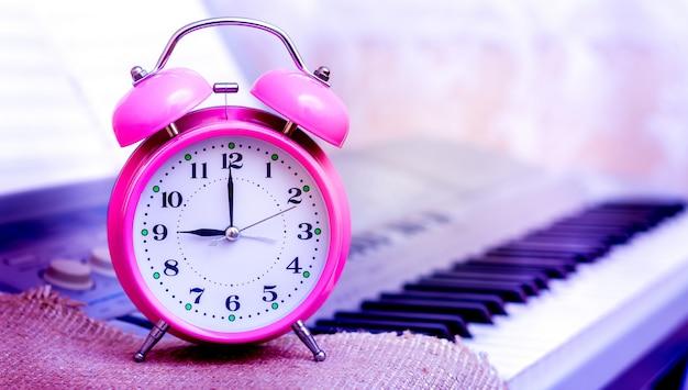 Uhr gegen klavierhintergrund