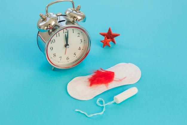 Uhr mit damenbinden und tampon