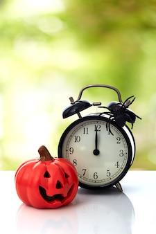 Uhr mit spinne für halloween-feier