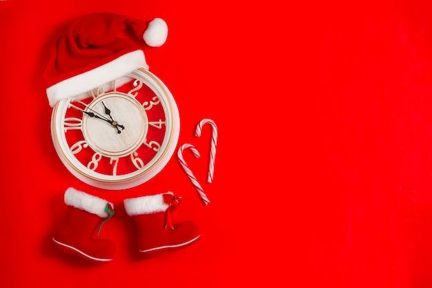 Uhr mit weihnachtsmütze und stiefeln