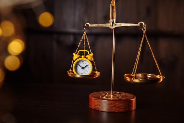 Uhr und geld auf verschiedenen skalen.