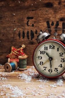 Uhr und spielzeug im vintage-stil