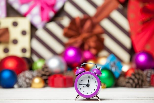 Uhr und weihnachtsspielzeug.