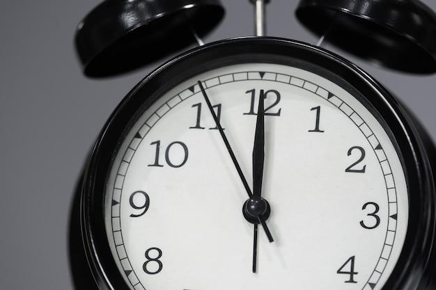Uhr zeigt um mittag