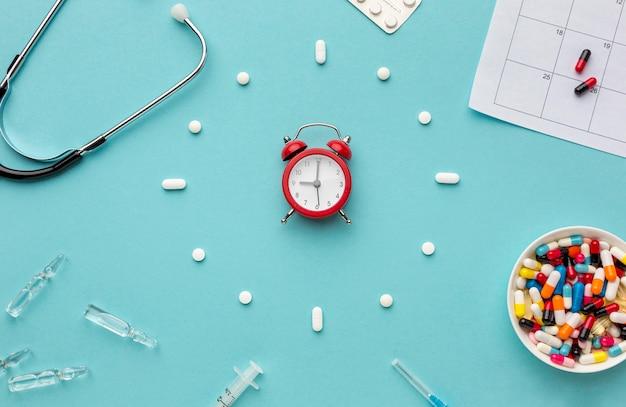 Uhrform der pillen auf dem schreibtisch