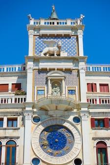 Uhrturm (torre dell'orologio) am markusplatz (piazza san marko) in venedig, italien