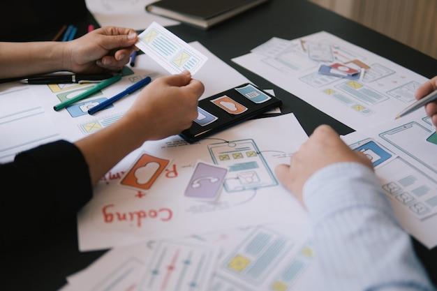 Ui-ux-designer-meeting-web-smartphone-layout-anwendungsprototyp in nahaufnahme