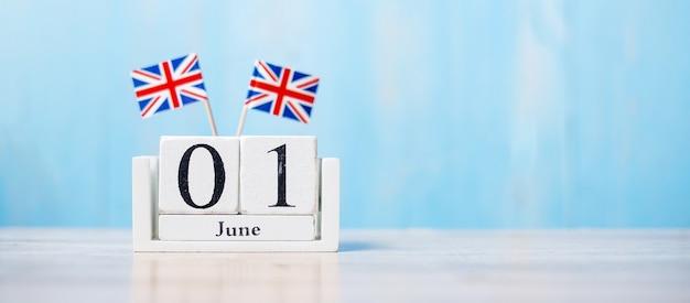 Uk-flaggen mit juni-kalender auf einem tisch